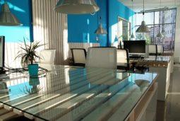 Bureau avec mobilier, mur bleu