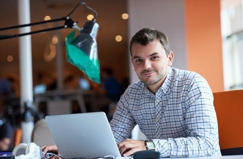 Informaticien avec ordinateur au bureau